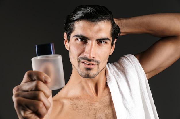 격리 된 지주 화장실 물 포즈 잘 생긴 젊은 남자의 이미지.