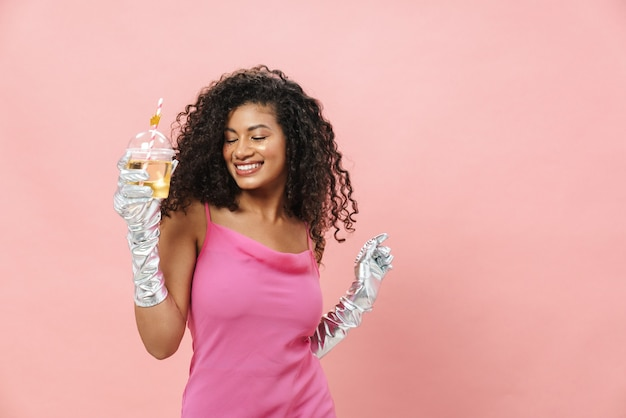 手袋をはめて踊り、ソーダを飲む幸せなアフリカ系アメリカ人女性の画像