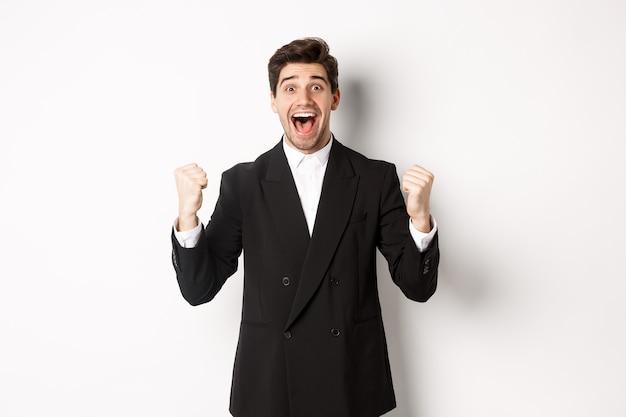 Изображение счастливого и облегченного бизнесмена, чувствуя себя удачливым