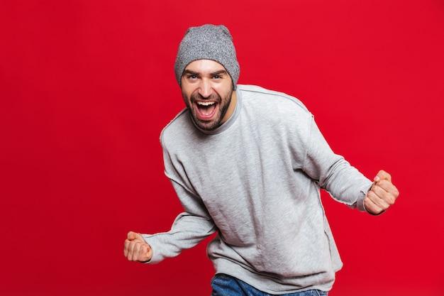 수염이 비명을 지르고 고립 된 기쁨을 갖는 행복한 남자 30 대의 이미지