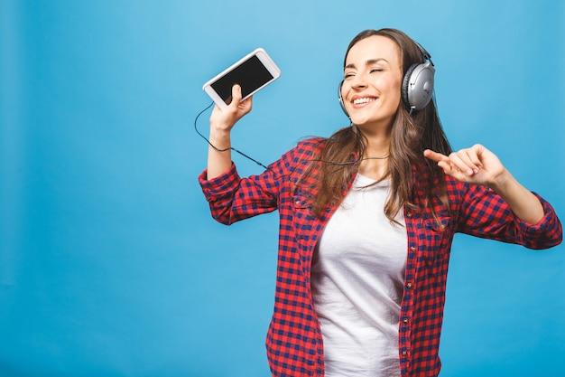音楽を聴いて幸せな若い女性の画像