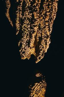洞窟の石筍と鍾乳石の岩層の高コントラストの詳細の画像