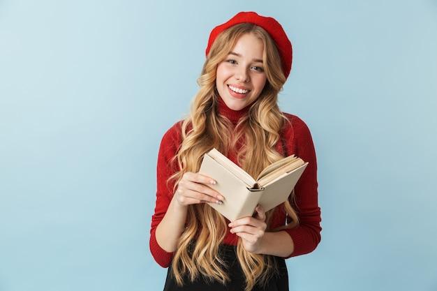Образ умной блондинки 20-х годов в красном берете, читающей книгу, изолированные