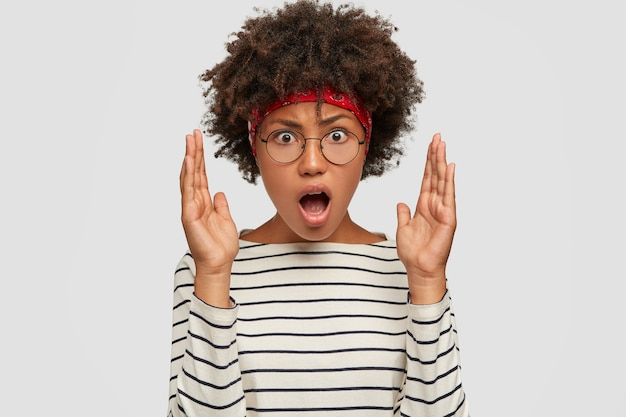 Изображение раздраженной молодой женщины с афро-прической