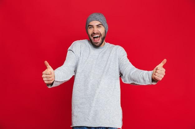수염과 콧수염이 서있는 동안 엄지 손가락을 보여주는 즐거운 남자 30 대의 이미지, 절연
