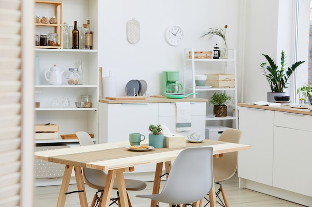 自宅の家庭用キッチンにビスケットを載せたコーヒーを入れたキッチンテーブルの画像