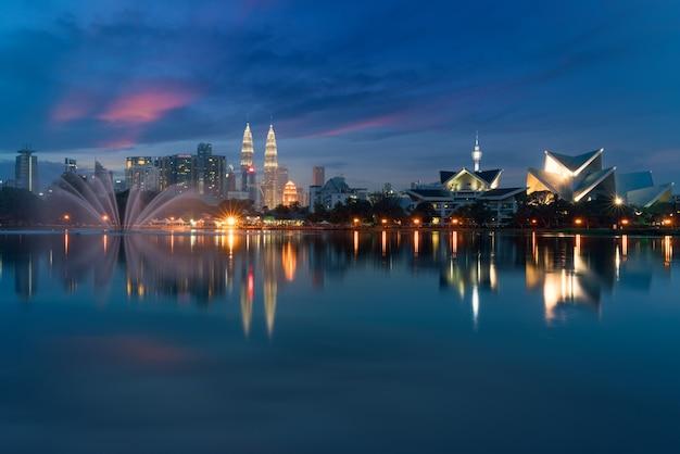 Изображение куалаа-лумпур, малайзия во время захода солнца на парке titiwangsa с фонтаном.