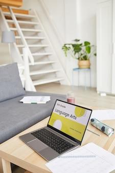 Изображение ноутбука на столе с онлайн-программой для учебы дома