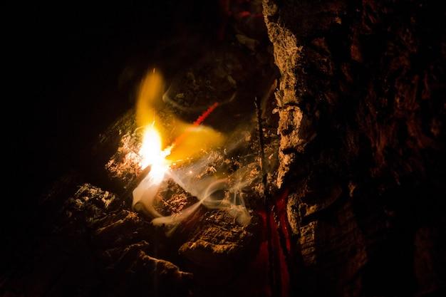 暗闇の中で点灯している線香花火の画像