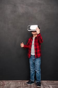 Изображение маленького ребенка, носящего устройство виртуальной реальности над доской