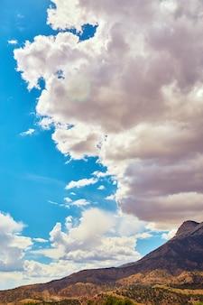 푸른 하늘에 대 한 사막 산 위에 어렴풋이 구름의 이미지