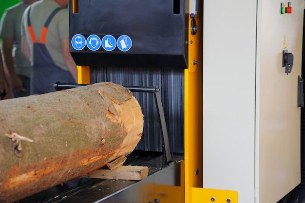 製材所で木材を製材するための機械の画像