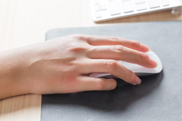 Изображение человека руки печатать. селективный фокус