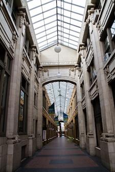 大理石の屋内ショッピングセンターホールの透視ショットの画像