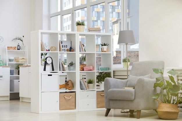 안락 의자와 책장이 집에있는 현대 국내 방의 이미지