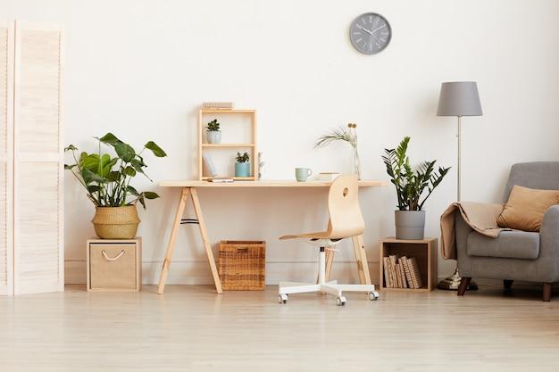 Изображение современной домашней комнаты с деревянным столом и диваном