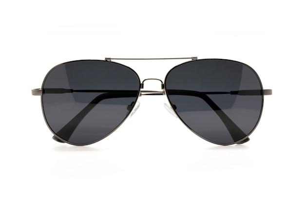 Изображение современных модных солнцезащитных очков, изолированных на белом