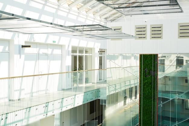 내부에 사람이없는 사무실 건물에있는 현대적인 홀의 이미지