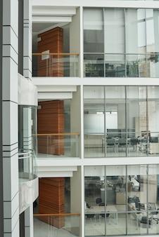 ガラスの壁と窓のあるモダンなオフィスビルの画像