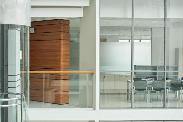 ガラスの壁のあるモダンなオフィスビルの画像