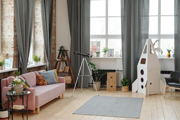 어린이용 장난감 로켓과 만화경이 있는 현대적인 방의 이미지