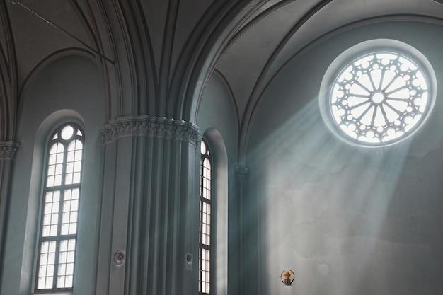 Изображение старого архитектурного здания с красивыми окнами