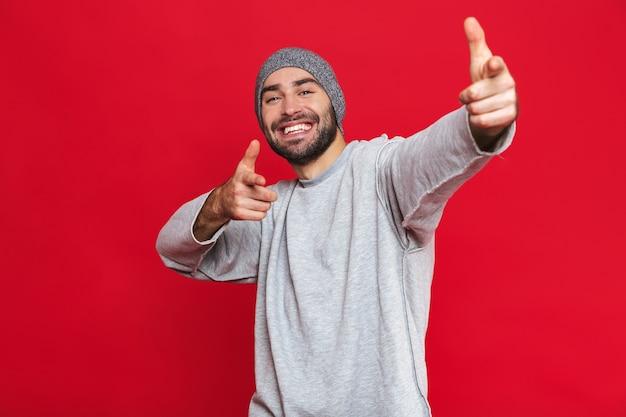 그루터기가 웃고 앞에 손가락을 가리키는 낙관적 인 남자 30 대의 이미지