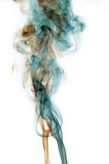 주황색과 청록색 연기가 함께 뒤틀리고 흰색 배경에 혼합되는 이미지