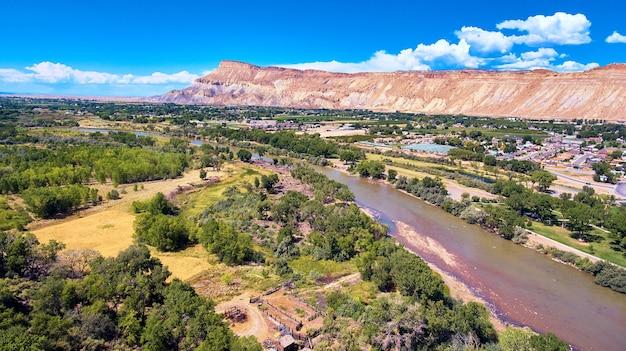 Изображение палисадных персиков вдоль реки с горами