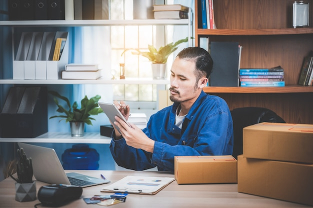 온라인 마케팅을 지원하고 재택 근무를위한 소포 배달 비즈니스 이미지, 성장하는 새로운 비즈니스
