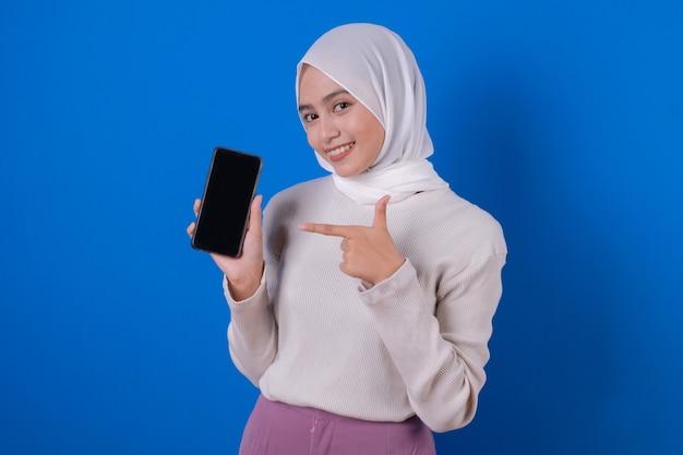 그녀의 휴대 전화로 젊은 무슬림 여성을 가리키는 이미지