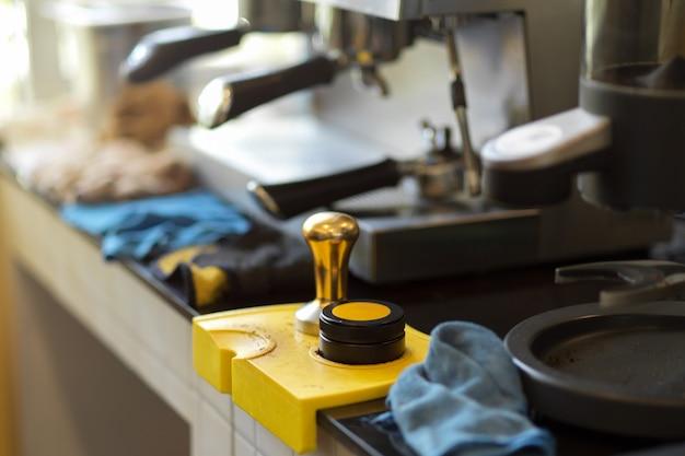 ポルタフィルターと金属タンパー、コーヒーショップ用のコーヒー醸造設備の画像