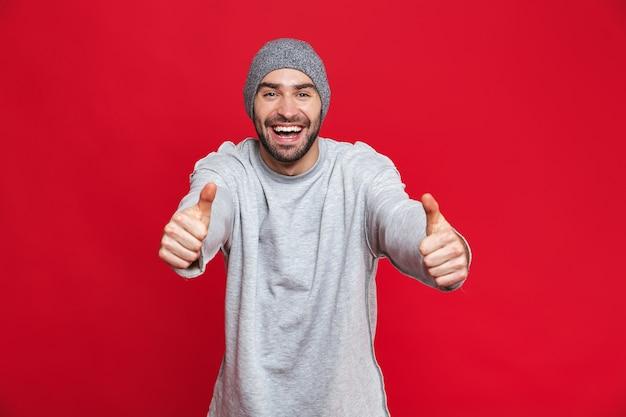 웃음과 엄지 손가락을 보여주는 수염을 가진 긍정적 인 남자 30의 이미지