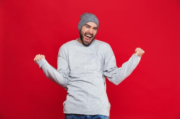 수염과 콧수염이 외치고 서있는 동안 기뻐하는 긍정적 인 남자 30 대의 이미지, 격리 됨