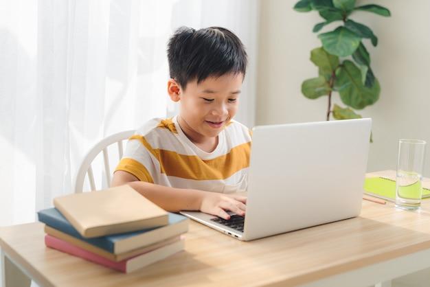 집에서 격리된 노트북으로 공부하는 십대 학생의 이미지