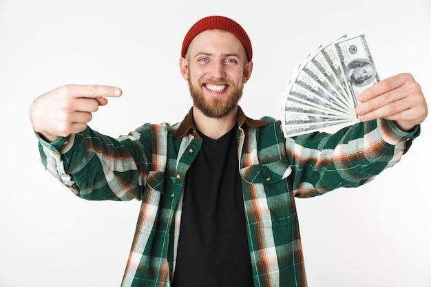 흰색 배경 위에 격리 된 서있는 동안 달러 돈의 팬을 들고 격자 무늬 셔츠를 입고 부자의 이미지