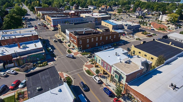 ショッピング地区の田舎町の航空写真の画像
