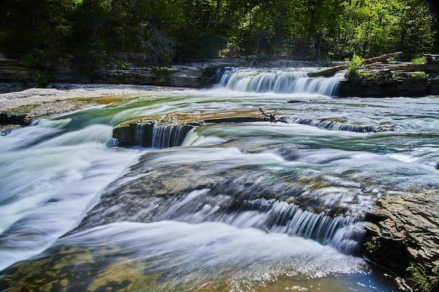 Изображение небольших каскадных водопадов в реке