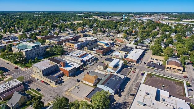 上から見たアメリカの田舎の小都市の画像
