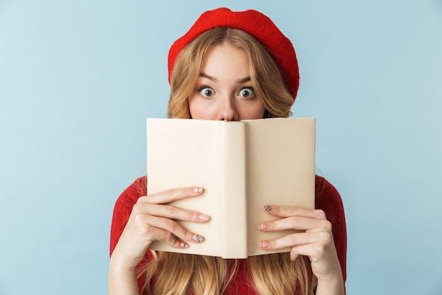 Изображение умной блондинки 20-х годов в красном берете, читающей книгу, изолированные