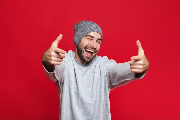 수염과 콧수염이 서있는 동안 손가락을 가리키는 웃는 남자 30 대의 이미지, 절연