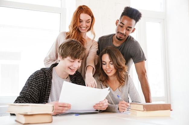 Изображение улыбающихся молодых друзей студентов