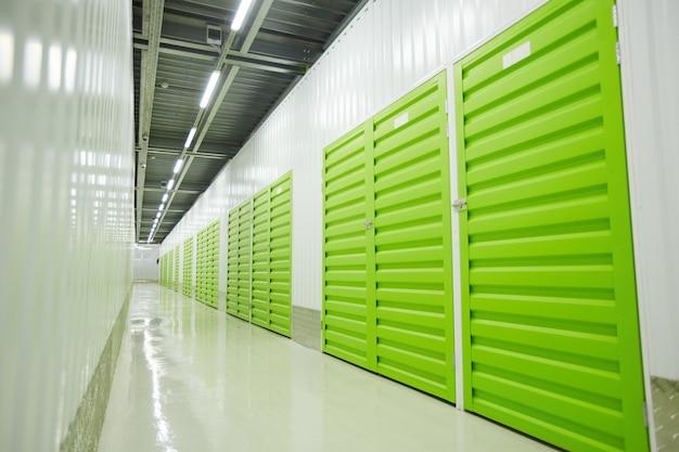 Изображение хранения зеленых ящиков на складе