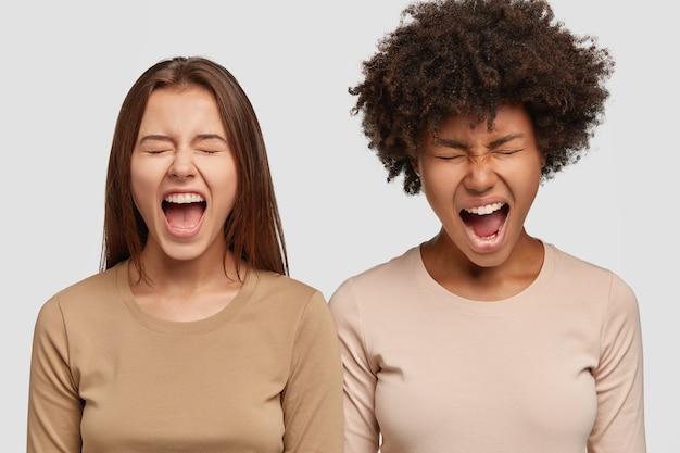 ストレスの多い2人の女性が大声で叫ぶ画像