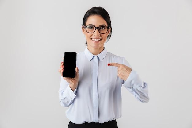 흰 벽에 고립 된 휴대 전화를 들고 안경을 쓰고 성공적인 사무실 여자의 이미지