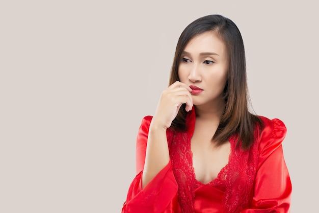 Изображение мышления сексуальная дама, стоящая на розовом фоне