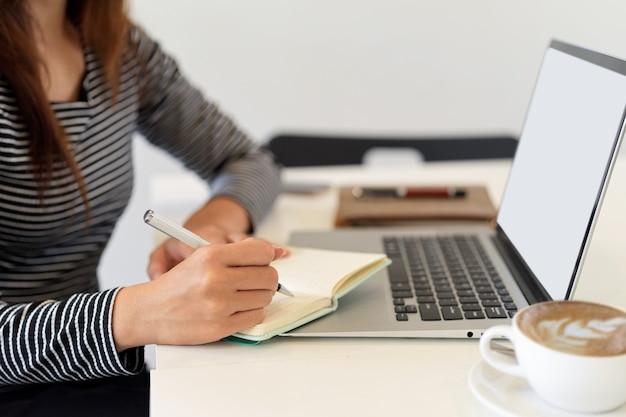 Изображение двух деловых сотрудников, работающих вместе с помощью смартфона и планшета