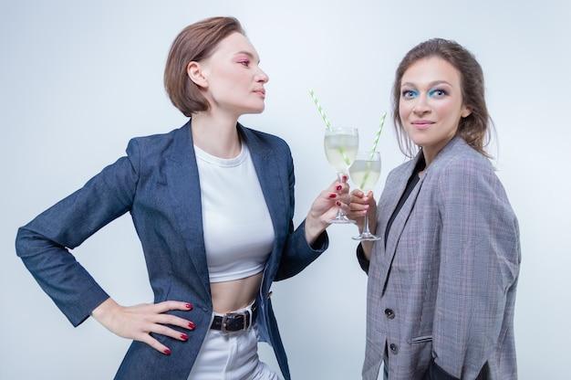 Изображение двух девушек в очках на вечеринке. праздники и концепция развлечений. смешанная техника
