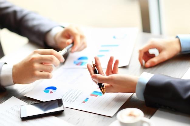 회의에서 문서에 대해 두 젊은 사업가의 이미지