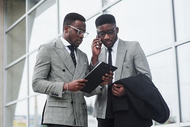 オフィスでの会議で相互作用する2人の若いビジネスマンのイメージ